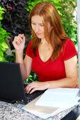 Frau, die zu hause arbeiten — Stockfoto