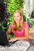 Flicka med dator — Stockfoto