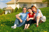Family at a house — Stockfoto