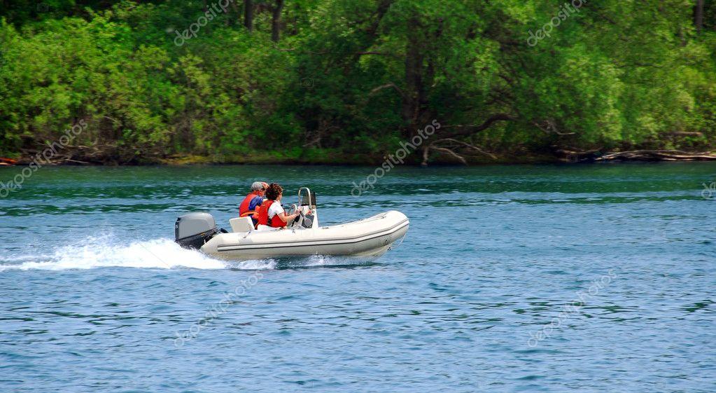 Фотообои Катание на лодках по реке