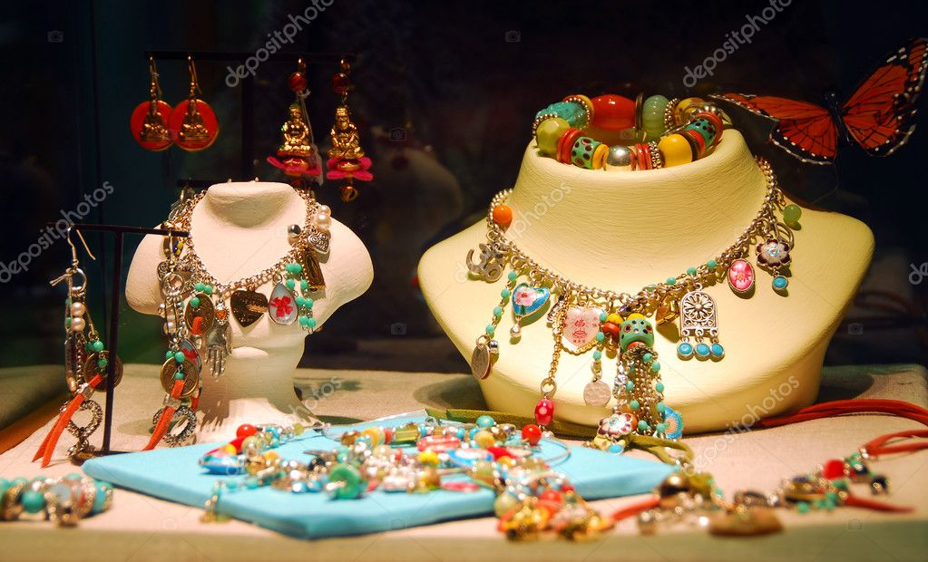 Fashion jewelry displayed in a jewelry store window — Stok fotoğraf #4947988