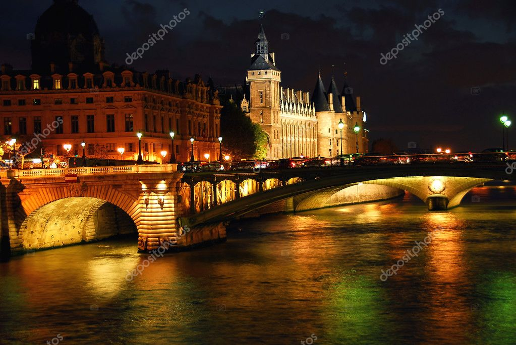 Bridges over Seine and Conciege in nighttime Paris France — Stock Photo #4949008