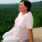 Woman edge cliff — Stock Photo