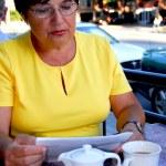 mature femme lisant — Photo