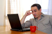 Człowiek z laptopa — Zdjęcie stockowe