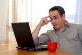 Uomo con portatile — Foto Stock