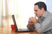 Man met laptop — Stockfoto