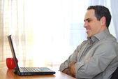 Mann mit laptop — Stockfoto