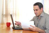 Homem com laptop — Foto Stock