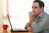 Man with laptop — Stockfoto
