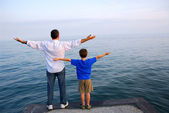 Father son ocean — Stock Photo