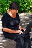 Mogen kvinna dator — Stockfoto
