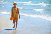 Niña a pie playa — Foto de Stock