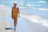 Girl walk beach — Stock Photo