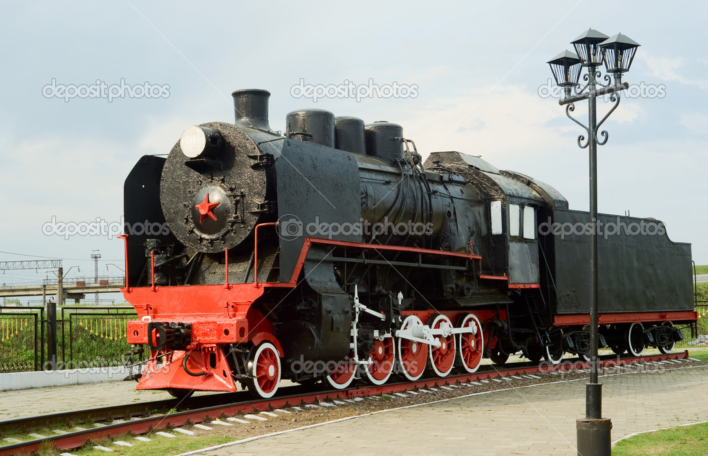 Soviet SO series freight steam locomotive on the railway, vintage streetlight on the foreground — Stock Photo #3184054