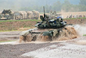 T-90 tank emerging from water — Stock Photo