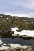 Górski krajobraz z jeziorem i śnieg — Zdjęcie stockowe