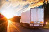 夕方にアスファルトの道路上のトラック — ストック写真
