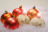 Bougies de Noël blanc et de sphères rouges — Photo