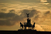 Quadriga on top of the Brandenburger Tor in Berlin at sunset — Stockfoto