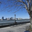 Sitting at the Hudson river — Stockfoto