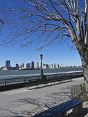 坐在哈德逊河 — 图库照片