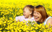 Mother and child play on meadow — Stock Photo