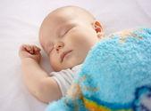 Roztomilé dítě spí v posteli — Stock fotografie