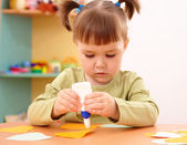 Little girl doing arts and crafts in preschool — Stockfoto