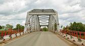 Metall straßenbrücke über den fluss — Stockfoto