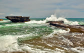The tide waves splash over rocks — Foto de Stock