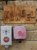 Doorbell, signboard in german and alarm button — Stock Photo