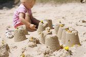 砂の城を作る小さな女の子. — ストック写真