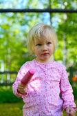Petite fille avec glace — Photo