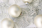 Stříbrné barevné vánoční ozdoby na glas — Stock fotografie