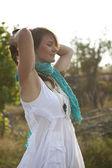 привлекательная женщина, отдыха на открытом воздухе. — Стоковое фото