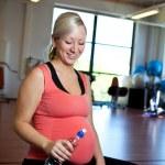 Schwangere Frau entspannen mit Wasserflasche in der hand — Stockfoto