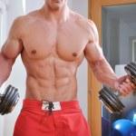 ウェイトの強力な筋肉男 — ストック写真