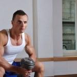 重量挙げの強力な筋肉男 — ストック写真