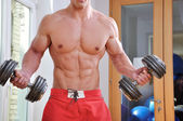 Powerful muscular man lifting weights — Foto de Stock