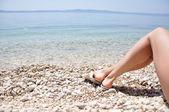Jambes de femme sur la plage — Photo