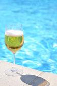 бокал пива в бассейне — Стоковое фото