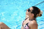 Beautiful woman at the swimming pool — Stockfoto