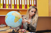 Business woman, computer and globe — Stockfoto