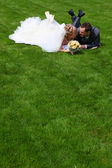 The newlyweds are on the grass — Stock Photo
