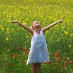 油菜鲜花包围的女孩 — 图库照片