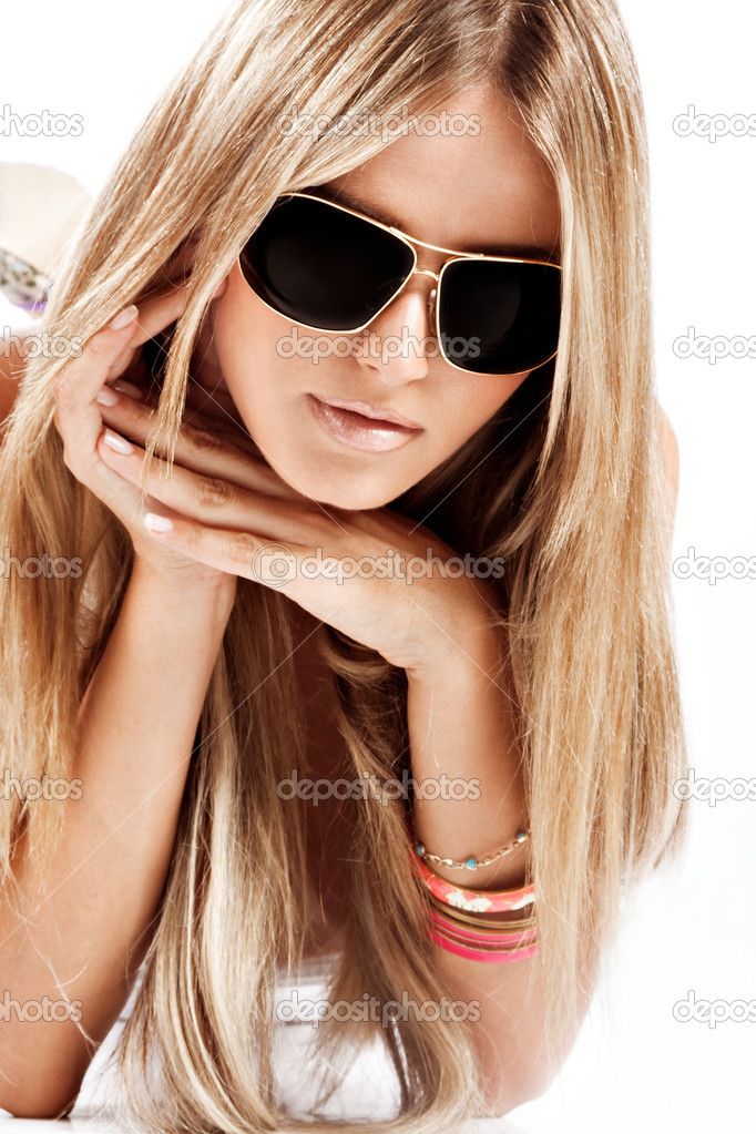 Young blond woman with sunglasses portrait — Stock Photo #3175980