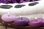 Hotstones on towel with candles (2) — Stock Photo