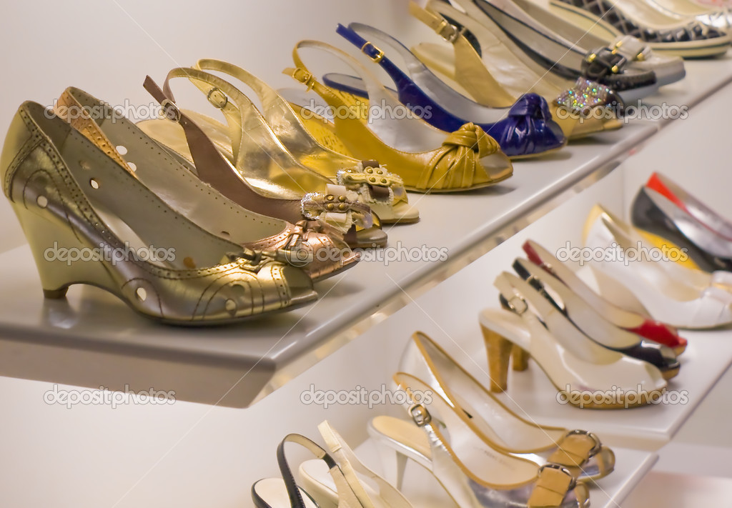Rows of woman's shoes on display in boutique — Stock Photo #3133557