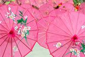 Ombrelli di carta rosa per la festa di primavera — Foto Stock